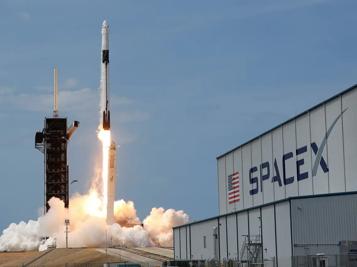 SpaceX spacecraft launching